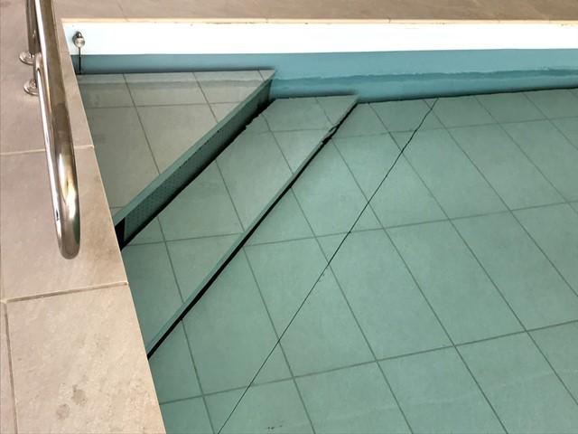 Escalier d'angle fond mobile piscine Crescend'Eau