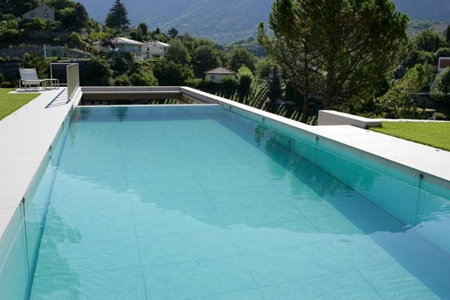 Fond mobile piscine en position intermédiaire